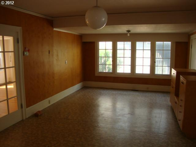 Family room before remodeling and staging